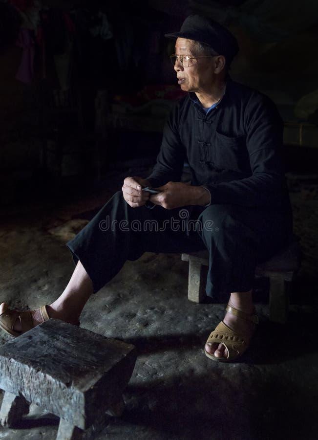 Portret van de oude mens in een klein dorp in Sapa, Vietnam stock afbeelding