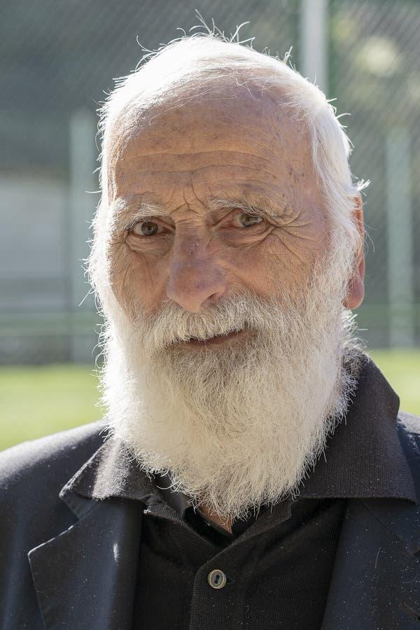 Portret van de oude mens met een grijze baard in klein bergdorp dichtbij de stad van Batumi, Georgië royalty-vrije stock fotografie