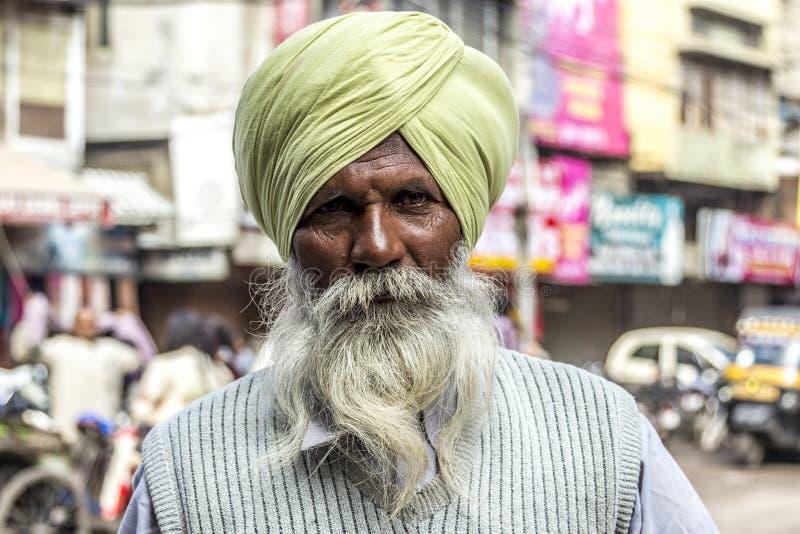 Portret van de oude Sikh mens met typische tulband en witte baard stock foto's