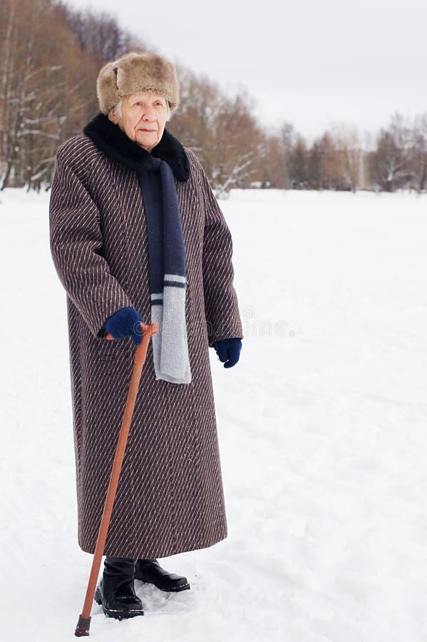 Portret van de oude vrouw in de winter stock foto