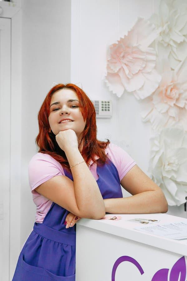 Portret van de receptionnist van de schoonheidssalon op het werk stock afbeelding