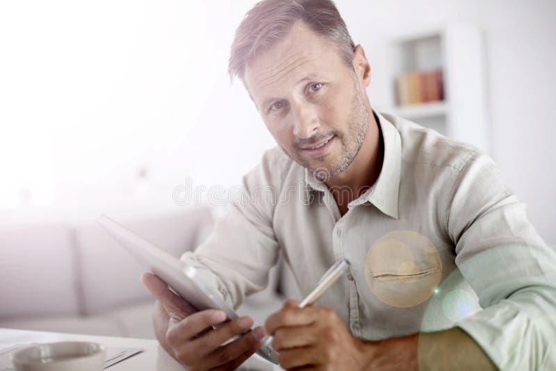 Portret van de rijpe mens die tablet gebruiken stock fotografie