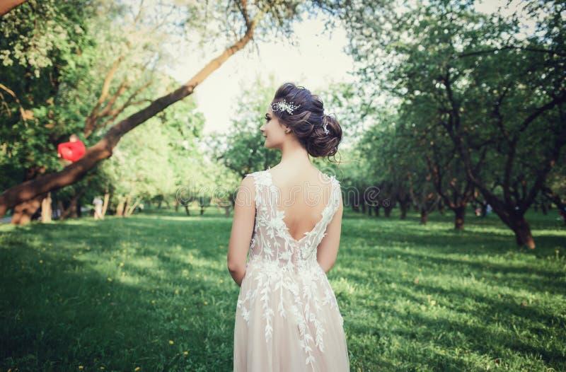 Portret van de rug van een zachte bruid stock foto's