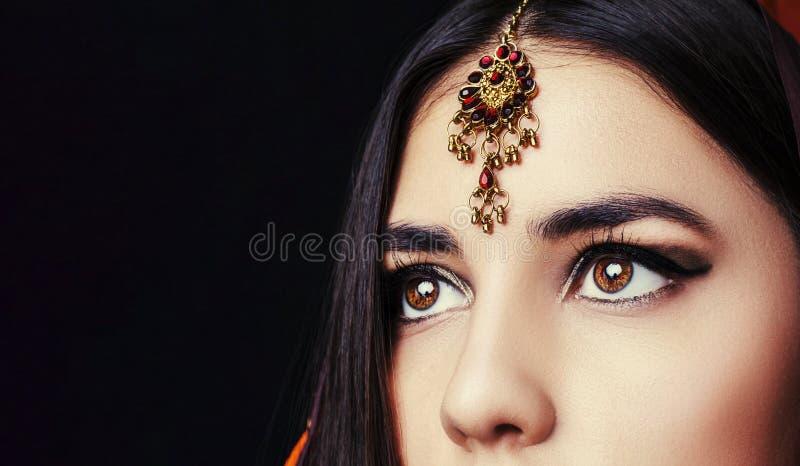 Portret van de schoonheids het donkerbruine Indische vrouw Hindoes modelmeisje met bruine ogen Close-up stock foto