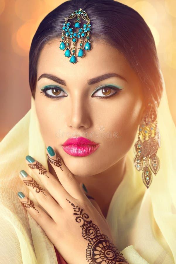 Portret van de schoonheids het Indische vrouw Donkerbruin Hindoes modelmeisje royalty-vrije stock foto