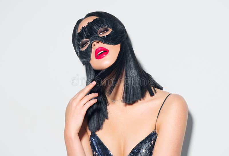 Portret van de schoonheids het sexy donkerbruine vrouw Meisje die Carnaval-veermasker dragen Zwart haar, rode lippen, vakantiemak royalty-vrije stock afbeelding