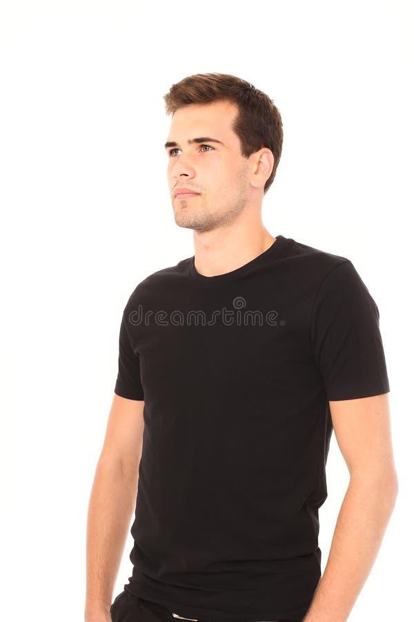 Portret van de slimme denkende jonge mens in malplaatje leeg zwart die overhemd op witte achtergrond wordt geïsoleerd De ruimte v stock fotografie