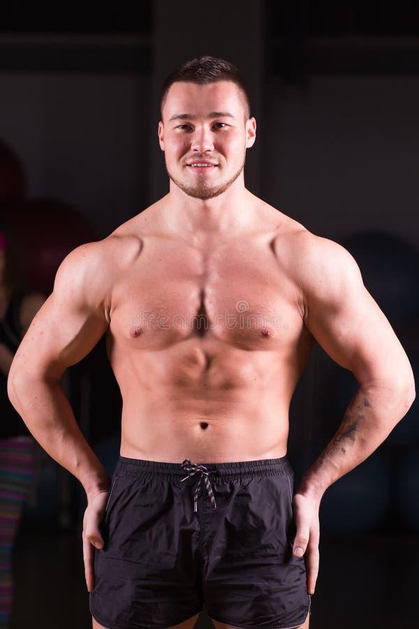 Portret van de spier gemengde rasmens in gymnastiek stock afbeeldingen
