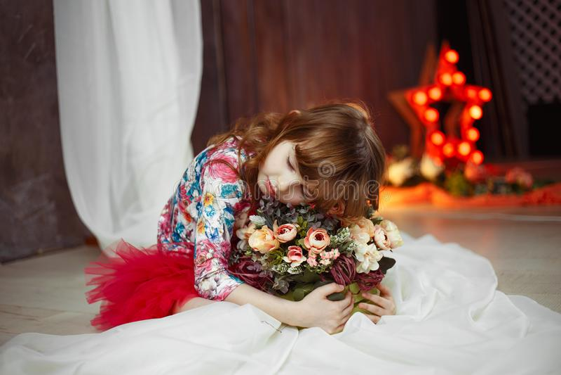 Portret van de ster van de meisjeactrice met soffits op achtergrond stock afbeeldingen