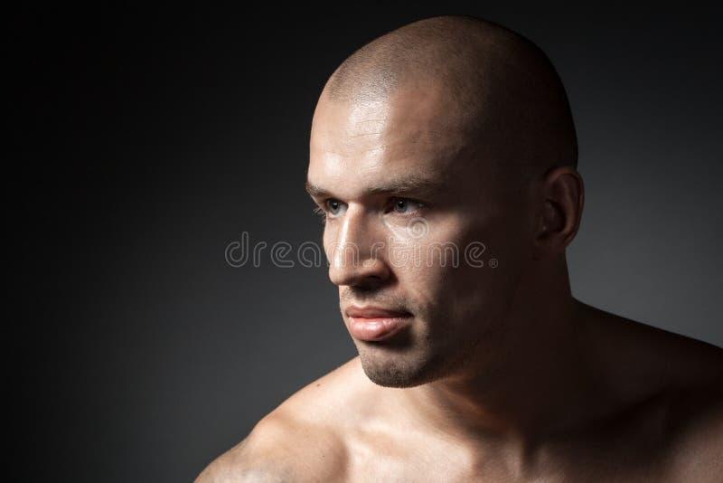 Portret van de sterke mens op zwarte royalty-vrije stock foto's