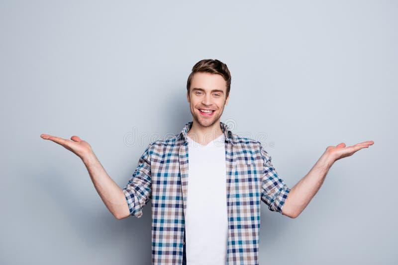 Portret van de succesvolle, vrolijke, leuke, jonge mens die sta voorstellen royalty-vrije stock foto