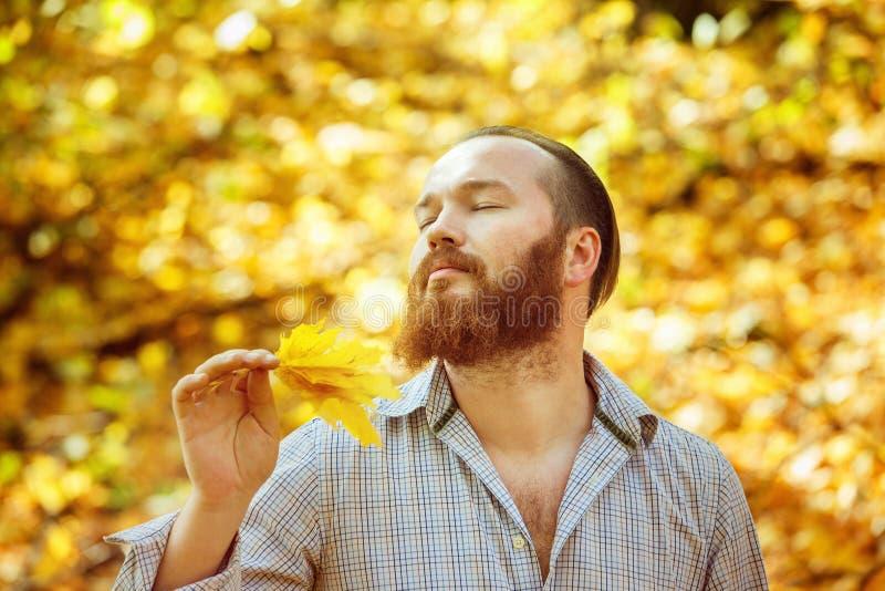 Portret van de tevreden mens in overhemd met rood haar en gesloten ogen stock afbeeldingen