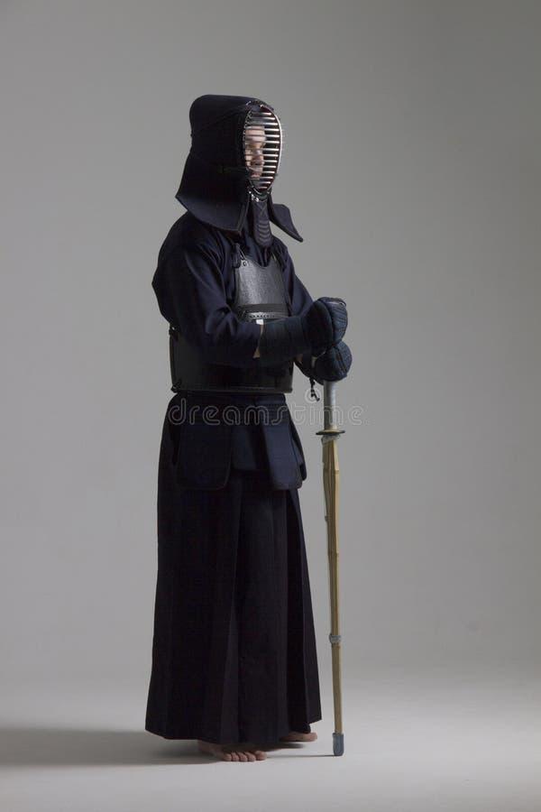 Portret van de vechter van mensenkendo met shinai Ontsproten in studio royalty-vrije stock fotografie