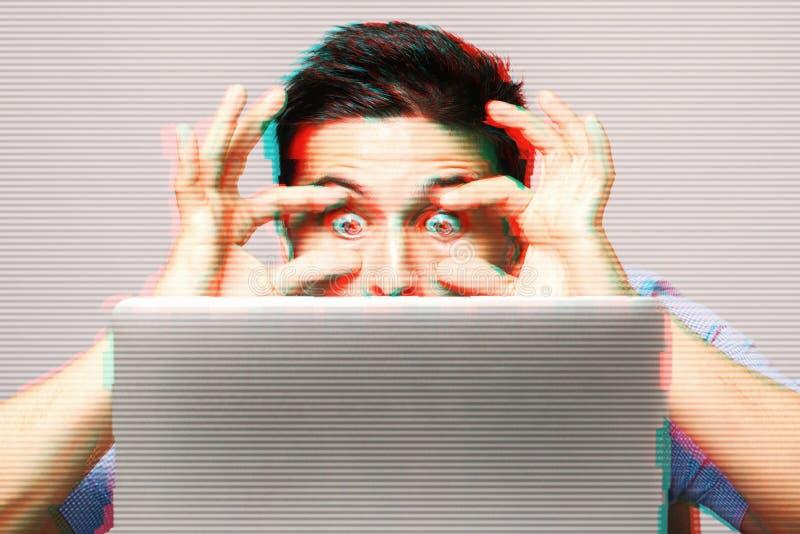 Portret van de verbaasde mens met laptop computer royalty-vrije stock fotografie