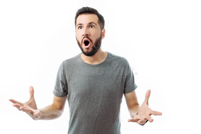 Portret van de verraste en verrukte mens met baard die bevinden zich met stock foto