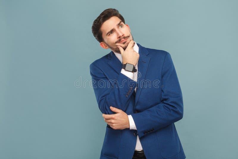 Portret van de in verwarring gebrachte mens Het denken en het benieuwd zijn stock foto