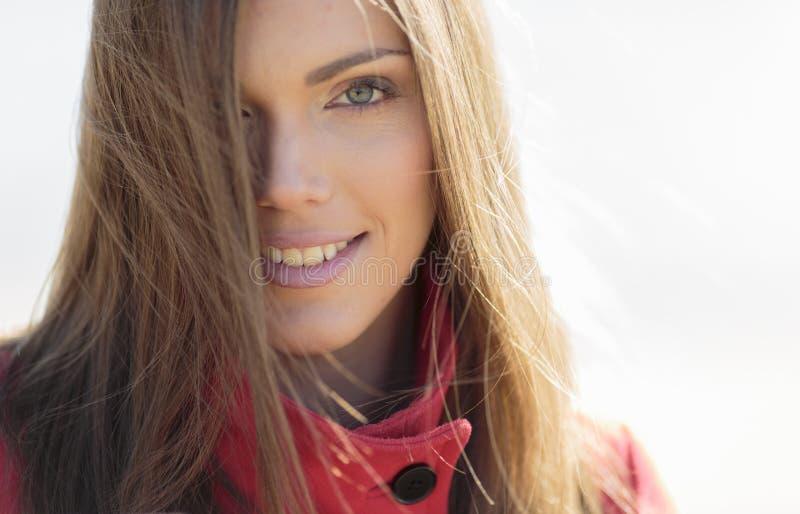 Portret van de vrij jonge vrouw stock foto