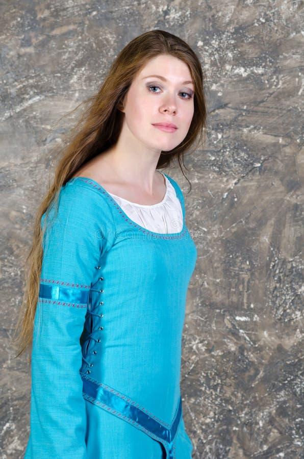 Portret van de vrij jonge vrouw in blauwe kleding royalty-vrije stock foto
