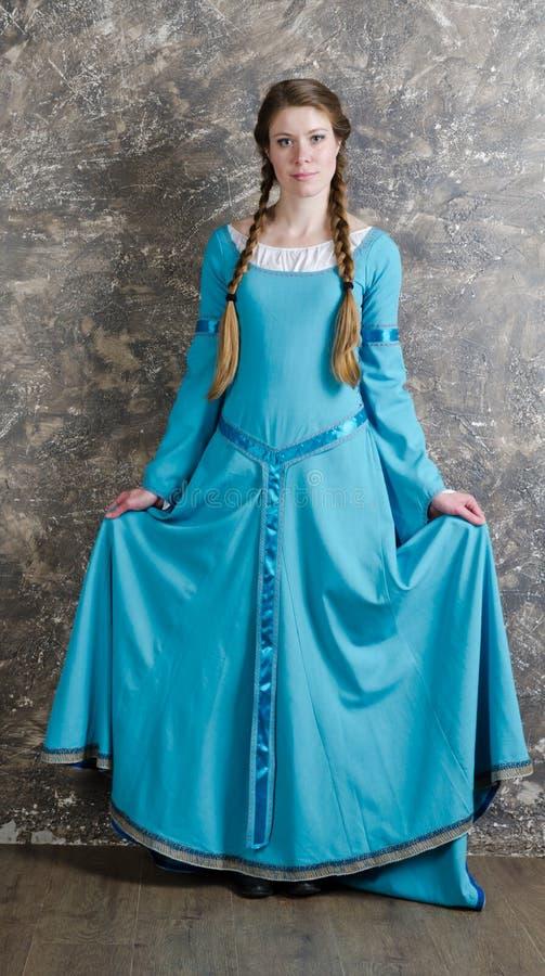 Portret van de vrij jonge vrouw in blauwe kleding stock afbeelding
