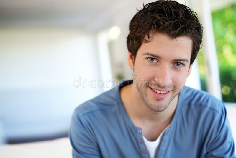 Portret van de vrolijke jonge mens stock fotografie