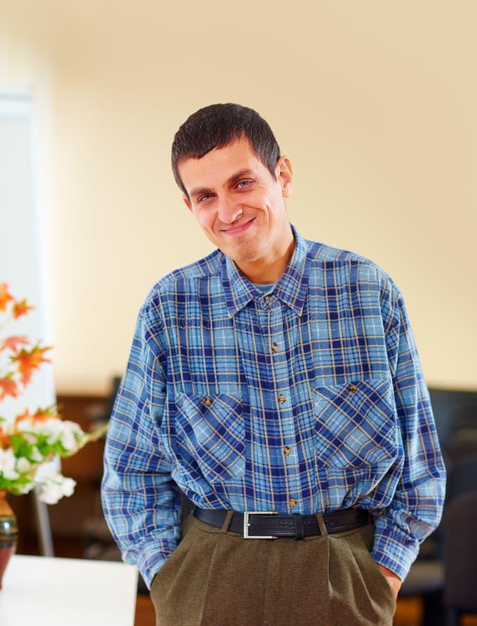 Portret van de vrolijke volwassen mens met handicap in revalidatiecentrum stock fotografie