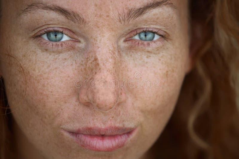 Portret van de vrouw met sproeten stock afbeeldingen