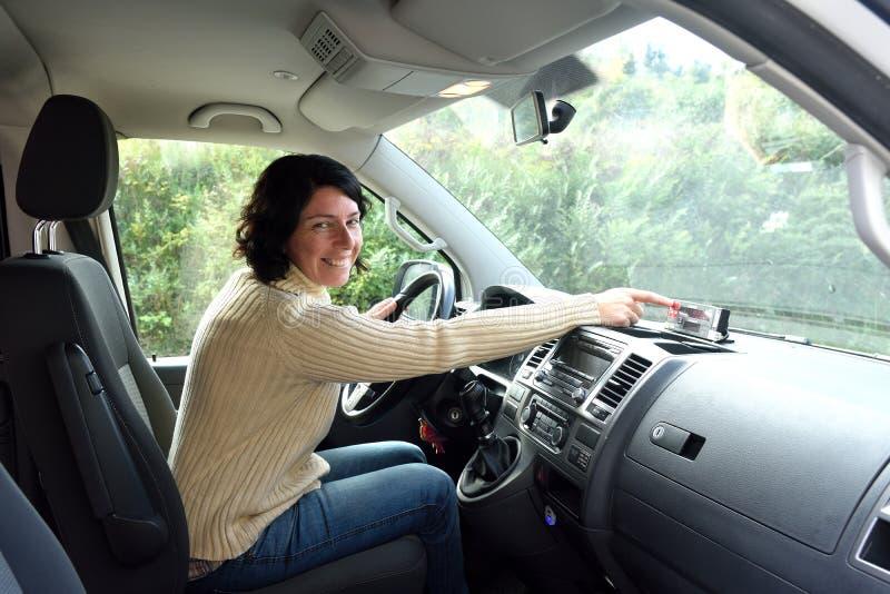 Portret van de vrouw van de taxibestuurder stock foto's