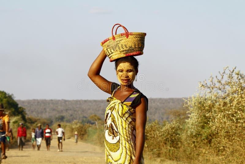 Portret van de vrouw van Madagascar met tradytionalmasker op het gezicht royalty-vrije stock afbeelding