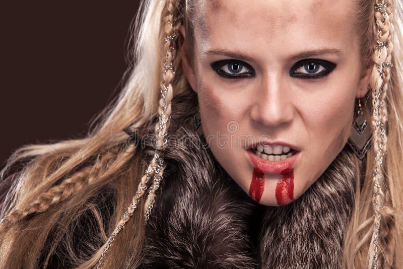 Portret van de vrouw van Viking in een traditionele strijderskleren royalty-vrije stock foto