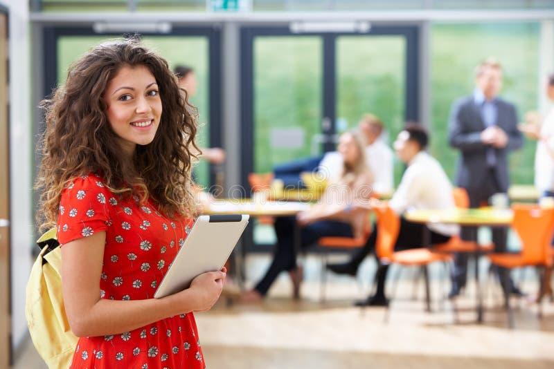 Portret van de Vrouwelijke Digitale Tablet van Studentenin classroom with royalty-vrije stock foto's