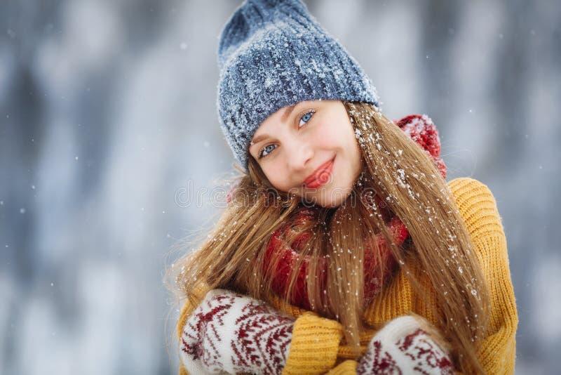 Portret van de de winter het jonge vrouw Schoonheid Blij ModelGirl die en pret in de winterpark lachen hebben Mooi jong wijfje royalty-vrije stock afbeeldingen