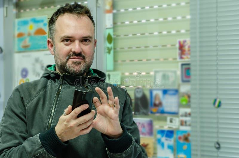 Portret van de witte mens die op de telefoon spreken royalty-vrije stock afbeeldingen