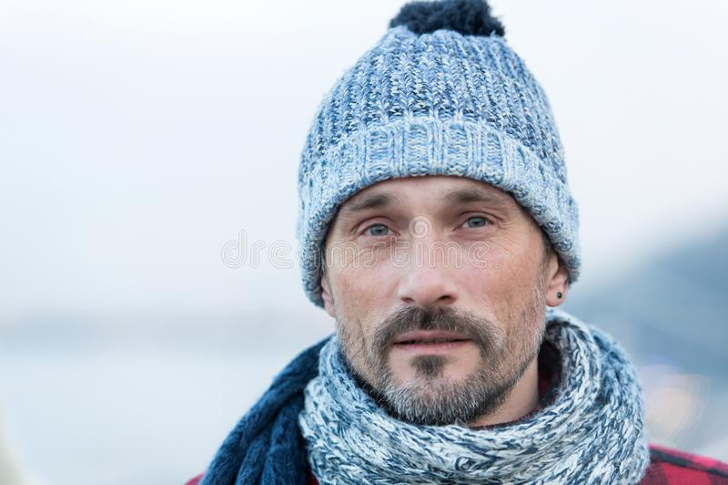 Portret van de witte mens in de winter gebreide hoed en sjaal Sluit omhoog van gebaarde kerel in blauw-witte hoed en sjaal royalty-vrije stock fotografie
