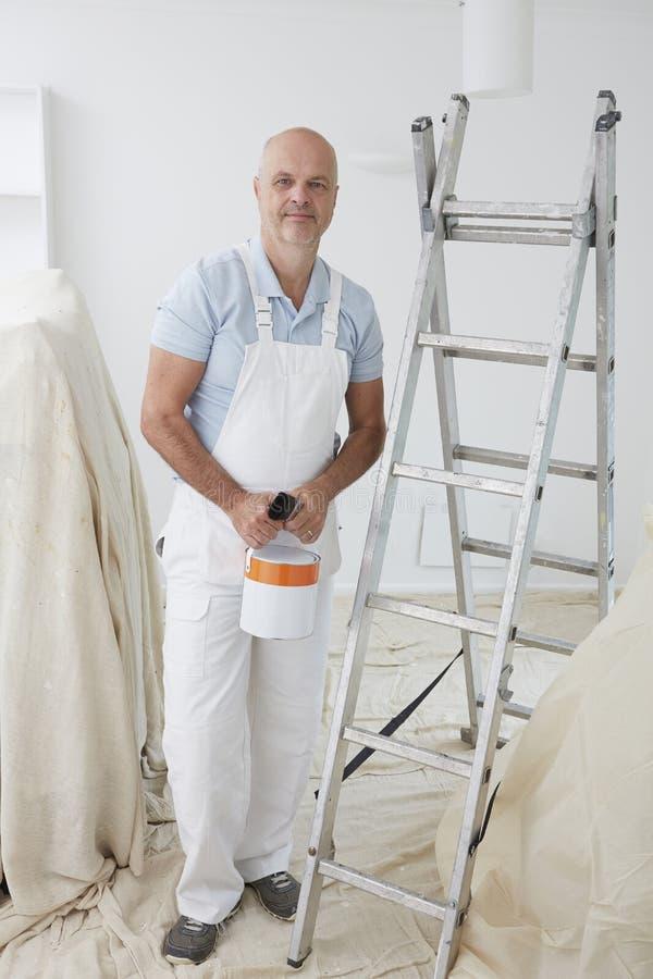 Portret van Decorateur het Schilderen Zaal stock fotografie