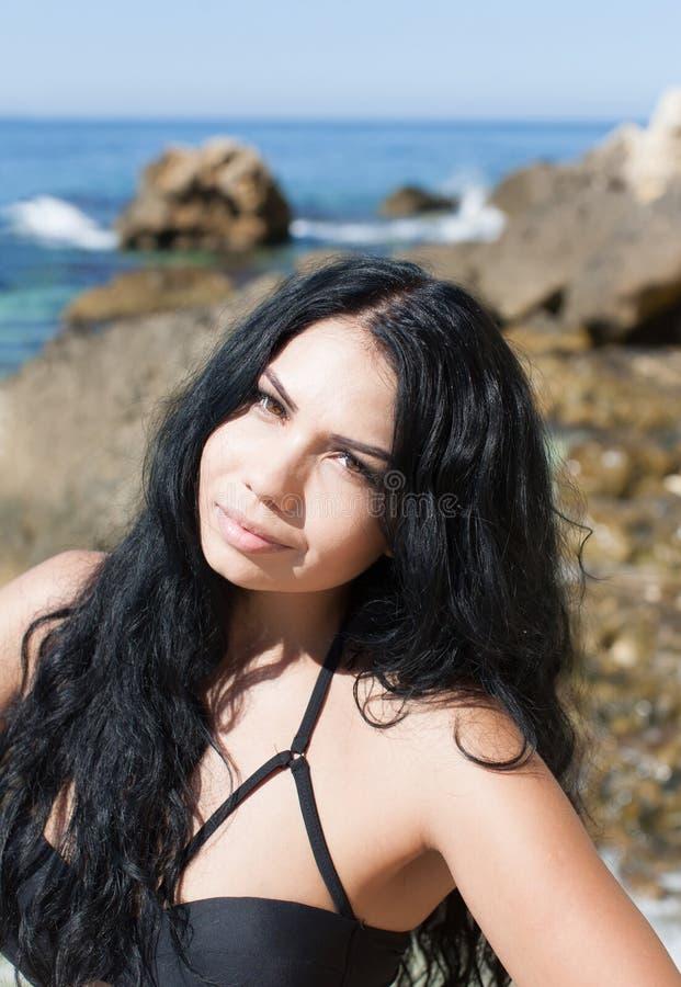 Portret van donkere haired jonge vrouw op zee royalty-vrije stock fotografie