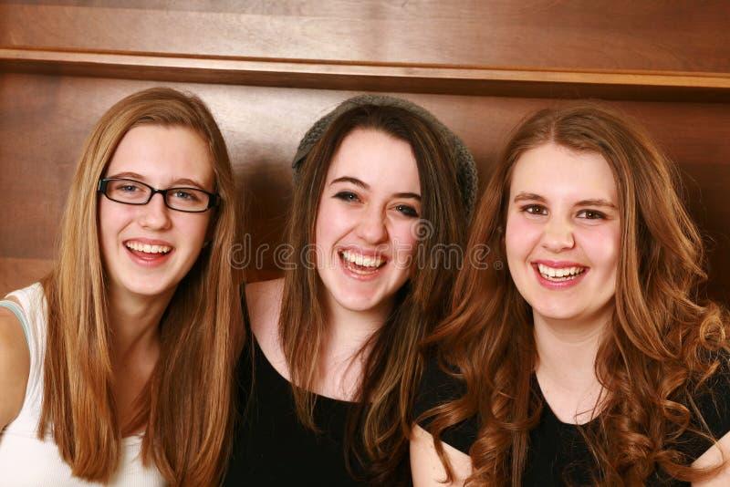 Portret van drie gelukkige tienermeisjes royalty-vrije stock foto's