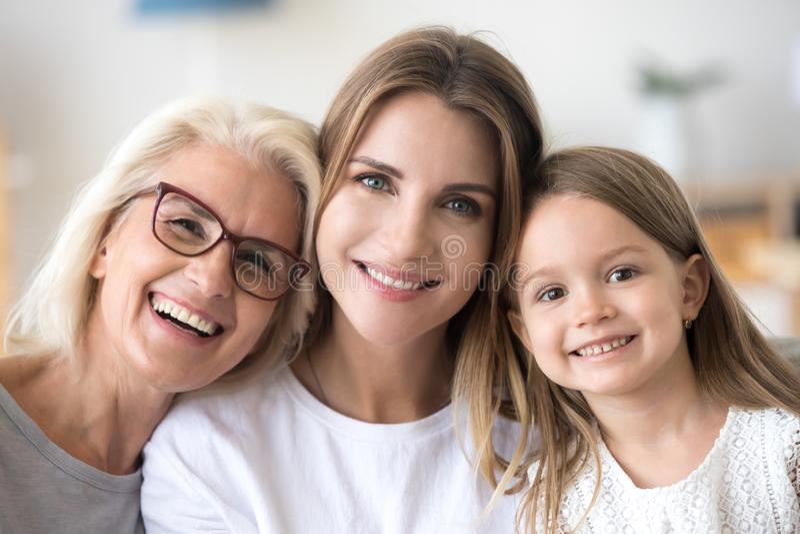 Portret van drie generatiesfamilie, gekweekte grootmoeder, daughte stock afbeeldingen