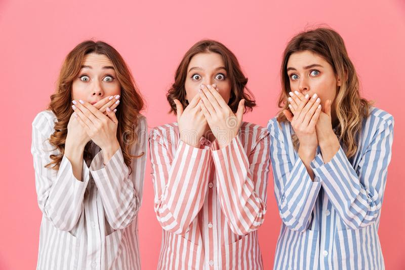 Portret van drie opgewekte vrouwenjaren '20 die kleurrijke gestreepte paj dragen royalty-vrije stock foto
