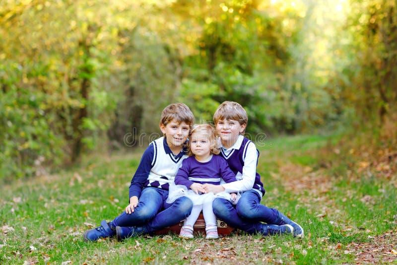 Portret van drie siblings kinderen Twee jongens van jonge geitjesbroers en weinig leuk meisje die van de peuterzuster pret hebben royalty-vrije stock foto