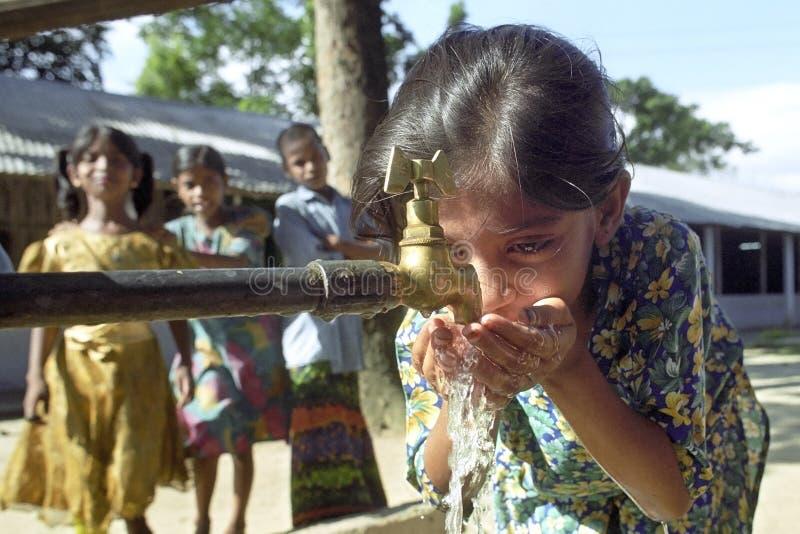 Portret van drinkend Inwoner van Bangladesh meisje royalty-vrije stock foto