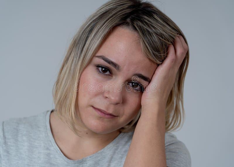 Portret van droevige gedeprimeerde vrouw die hoofdpijn en emotionele pijn hebben In Gezondheid en Menselijke uitdrukkingen stock afbeeldingen