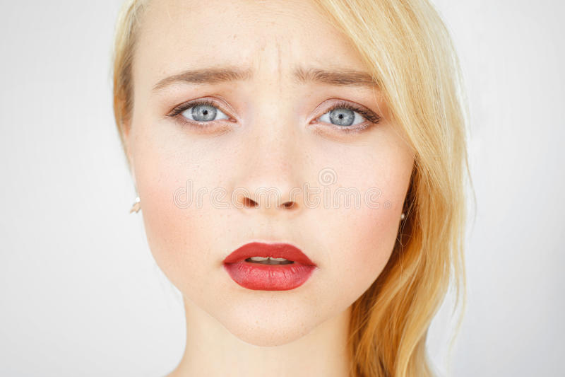 Portret van droevige roodharige vrouw stock foto