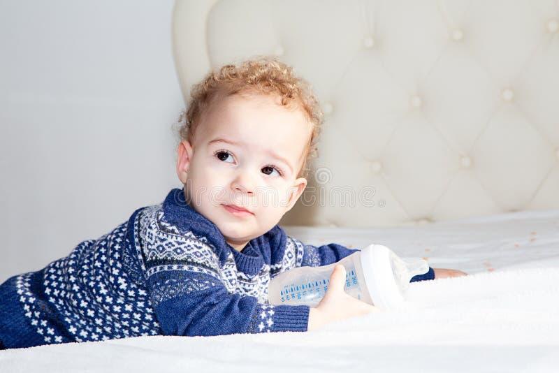 Portret van een één éénjarigejongen met blond krullend haar stock fotografie