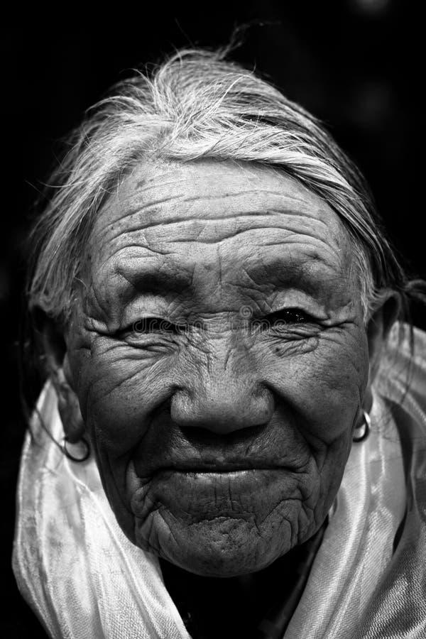 Portret van een 87 éénjarigenvrouw van Tibet in zwart-wit royalty-vrije stock fotografie
