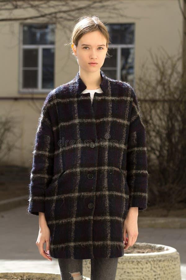 Portret van een aantrekkelijk Kaukasisch blondemeisje royalty-vrije stock foto's