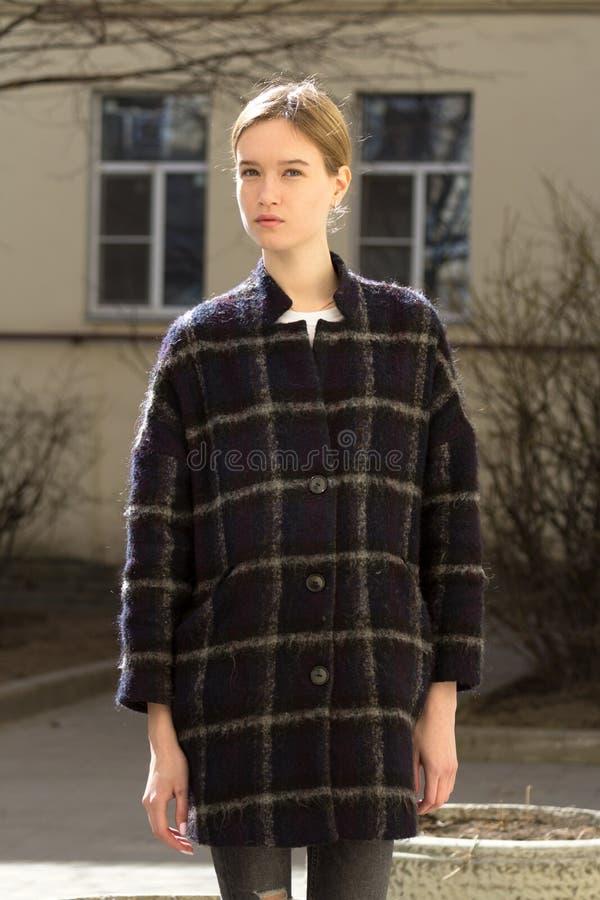 Portret van een aantrekkelijk Kaukasisch blondemeisje stock afbeeldingen