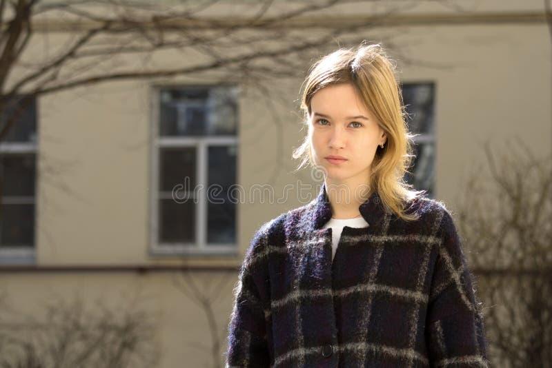Portret van een aantrekkelijk Kaukasisch blondemeisje royalty-vrije stock afbeelding