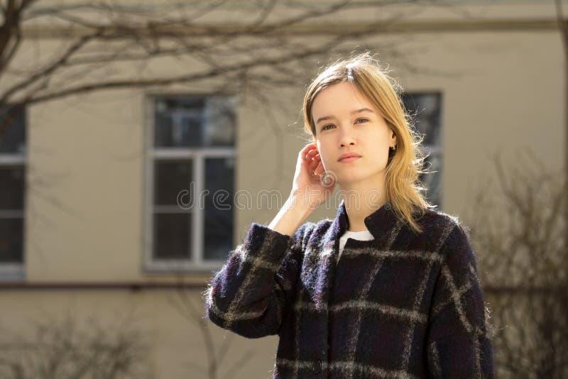 Portret van een aantrekkelijk Kaukasisch blondemeisje royalty-vrije stock afbeeldingen