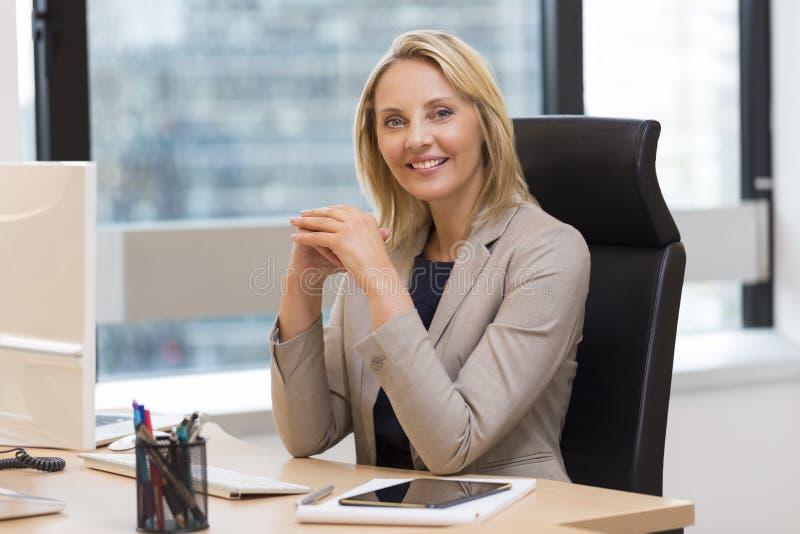 Portret van een aantrekkelijke bedrijfsvrouw op kantoor stock afbeelding