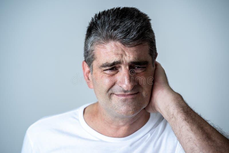 Portret van een aantrekkelijke droevige mens een gedeprimeerde lijdende depressie die verdriet en pijn in menselijke emotiesgelaa royalty-vrije stock fotografie